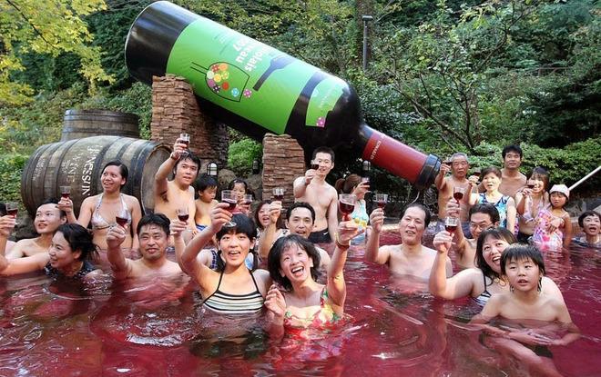 Kết quả hình ảnh cho tắm rượu vang ở nhật
